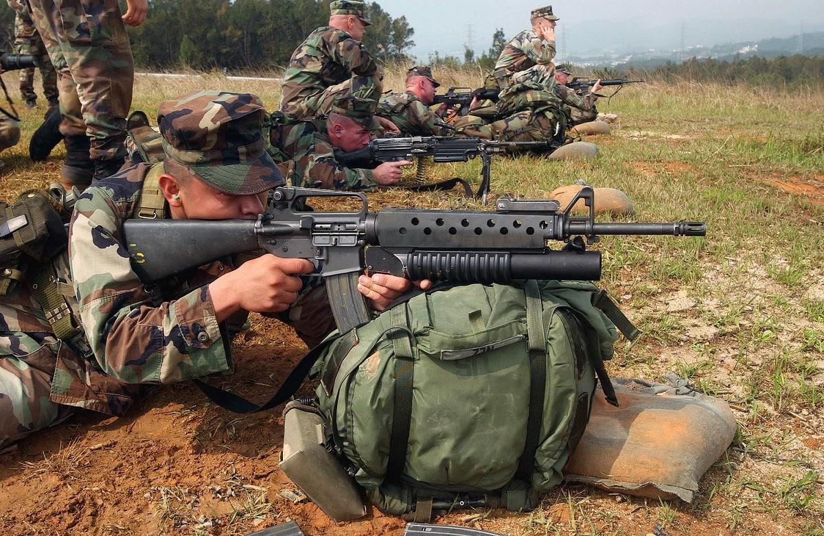 AK-47 M16